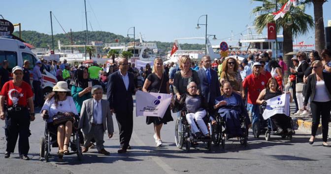 """ENGELLİLER ŞENLİĞİ'NDE """"PROTOKOL"""" VE """"AYVALIK"""" TARTIŞMASI"""