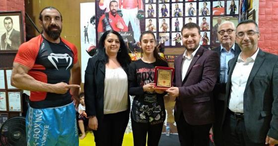 CHP SPOR KURULU'NDAN DÜNYA ŞAMPİYONU'NA PLAKET